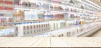 Trätabellöverkant med suddighetssupermarketlivsmedelsbutiken royaltyfri foto