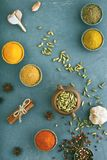 Trätabell av färgrika kryddor royaltyfria bilder