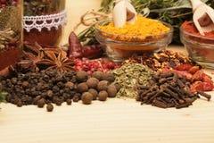 Trätabell av färgrika kryddor Royaltyfri Bild
