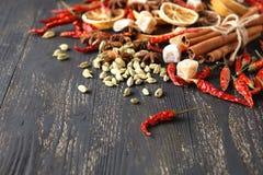 Trätabell av varma kryddor Arkivbild