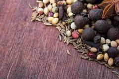 Trätabell av varma kryddor Arkivbilder