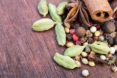 Trätabell av varma kryddor Royaltyfri Fotografi