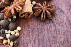 Trätabell av varma kryddor Royaltyfria Foton