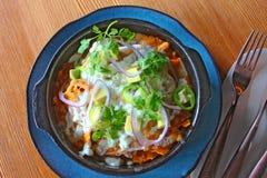 Trätabell Chilaquiles för mexikansk maträtt Royaltyfria Bilder