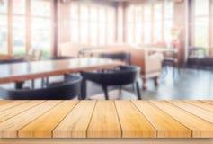 Trätabell eller räknare i coffee shop, bakgrund arkivfoto
