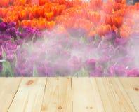 Trätabell eller terrass med sikt av den utomhus- blomman och naturen arkivfoton