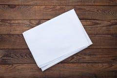 Trätabell för gammal tappning med den vita bordduken Modell för bästa sikt arkivfoto