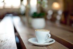 trätabell för kaffekopp Arkivfoto