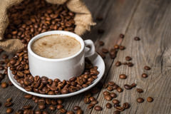 trätabell för kaffekopp Arkivbild