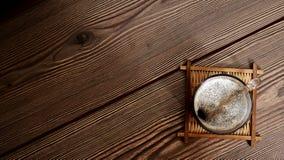 trätabell för kaffekopp Royaltyfri Bild