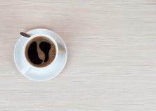 trätabell för kaffekopp Top beskådar klart bruk för bakgrundskaffe Arkivfoto