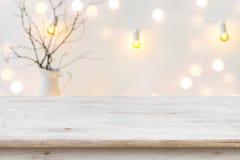 Trätabell framme av suddig abstrakt bakgrund för vinterferie royaltyfri bild