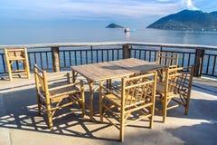 Trätabell i havssjösidarestaurang Royaltyfria Foton
