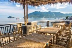 Trätabell i havssjösidarestaurang Royaltyfria Bilder