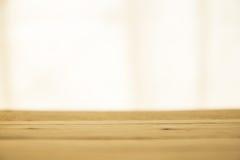 Trätabell, ljus bakgrund Arkivfoto