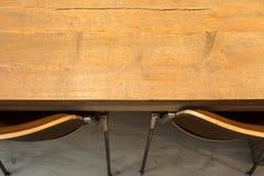 Trätabell med bästa sikt för moderna stolar textur för bakgrund för inredesign Royaltyfri Foto