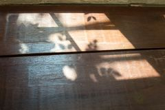 Trätabell med ljus skugga från fönster fotografering för bildbyråer