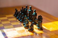 Trätabell med schack i lekrummet fotografering för bildbyråer