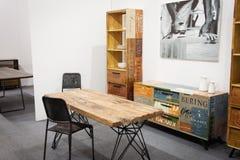 Trätabell med stolar på skärm på HOMI, internationell show för hem i Milan, Italien Royaltyfri Bild