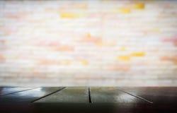 Trätabell med suddigt av cementväggen royaltyfri fotografi
