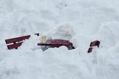 Trätabell och bänkar som begravas i snö Fotografering för Bildbyråer