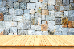 Trätabell och gammal bakgrund för stenvägg fotografering för bildbyråer