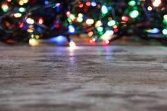 Trätabell och suddiga julljus royaltyfri foto