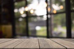 Trätabell på främre suddig bakgrund bruk för mall och presentation arkivfoton
