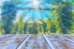 Trätabell som täckas med blå målarfärg på en bakgrund av den suddiga trädgården arkivfoton