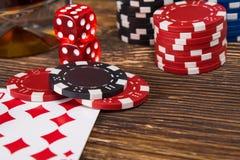 Trätabellbegrepp av att spela poker från chiper och kort Arkivfoton