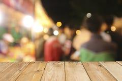 Trätabellbräde på främre suddig nattgatabakgrund arkivfoto