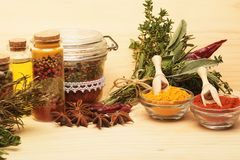 Trätabellen av färgrika kryddor Arkivfoto
