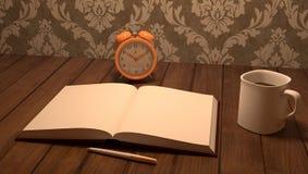 Trätabellen med anteckningsboken, pennan, kaffe och skrivbordet tar tid på Royaltyfri Fotografi