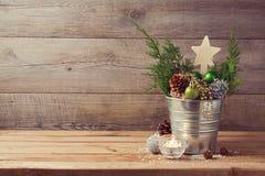 Trätabellen med jul semestrar garneringar och kopierar utrymme royaltyfri fotografi