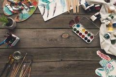 trätabellen med målarfärger och skissar Arkivbilder