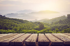 Trätabellen och sikten av berget med solen tänder Royaltyfri Foto