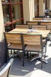 Trätabeller och stolar i utomhus- restaurang Arkivfoto