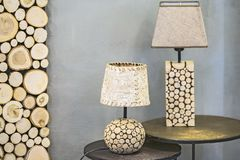 Trätabelllampa, en lampa som göras av den wood granen, och björkskäll Modern original- trälampa arkivfoto