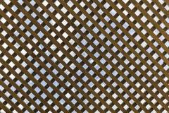 Trätak i gazeboen i form av celler Arkivbild