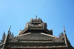 Trätak på den Lok Molee templet på härlig blå himmel i Chiang Mai, Thailand Wat Lok Molee är en forntida tempel, över fem arkivfoton