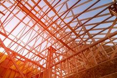 Trätakkonstruktion, symboliskt foto för hemmet, husbyggnad fotografering för bildbyråer