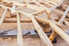 Trätakram av hemhjälpen, bostads- hus - under konstruktionsdetaljer fotografering för bildbyråer