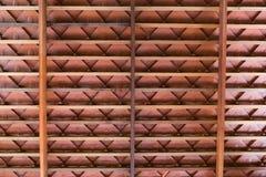 Trätakstruktur med terrakottataktegelplattor Arkivfoton
