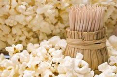 Trätandpetare i popcorn Royaltyfria Bilder