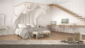 Trätappningtabellöverkant eller hylla med stearinljus och kiselstenar, zenlynne, över suddigt klassiskt sovrum med stor markissän royaltyfria foton