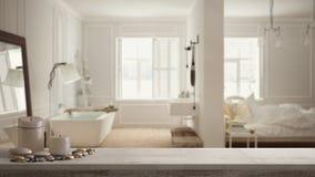 Trätappningtabellöverkant eller hylla med stearinljus och kiselstenar, zenlynne, över suddigt lyxigt sovrum med badrummet i scand royaltyfri bild