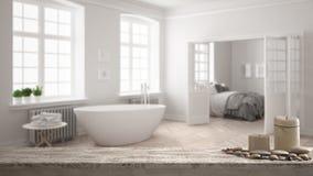 Trätappningtabellöverkant eller hylla med stearinljus och kiselstenar, zenlynne, över suddigt minimalist scandinavian vitt badrum royaltyfri fotografi