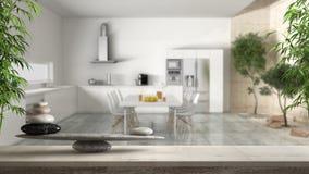Trätappningtabell eller hylla med stenjämvikt, över suddigt modernt vitt kök med den inomhus trädgården, fengshui, zenbegreppsbåg royaltyfria foton