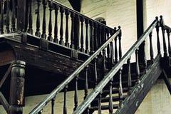 Trätappningtrappa av den gamla slotten Royaltyfri Foto