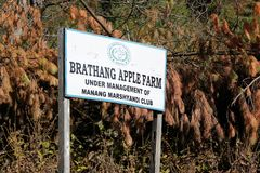 Trätecken 'Apple lantgård 'i Nepal royaltyfri bild